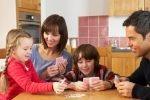 Kinder für Gesellschaftsspiele animieren